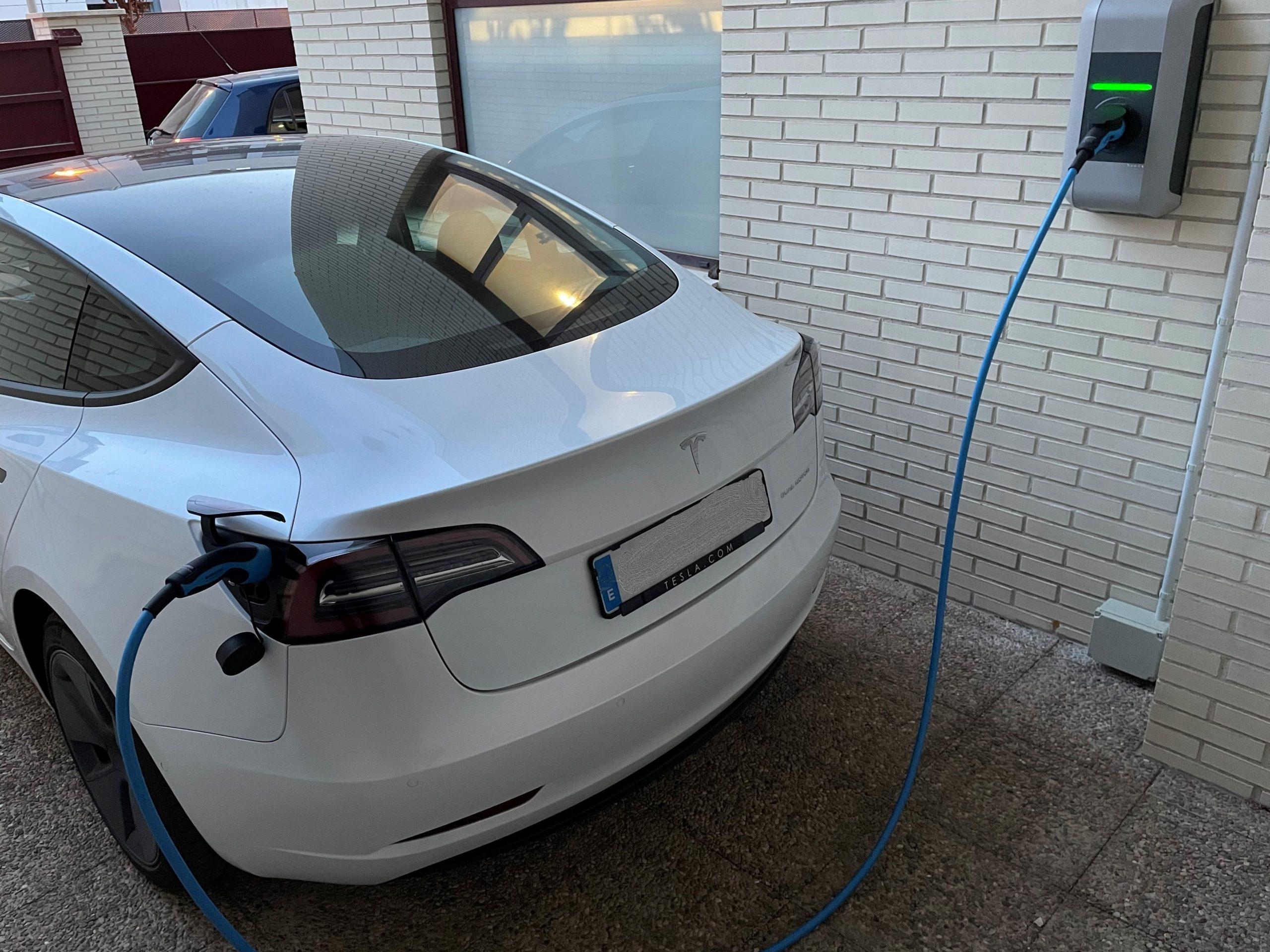 Tesla Model 3 Cargando parte trasera-min
